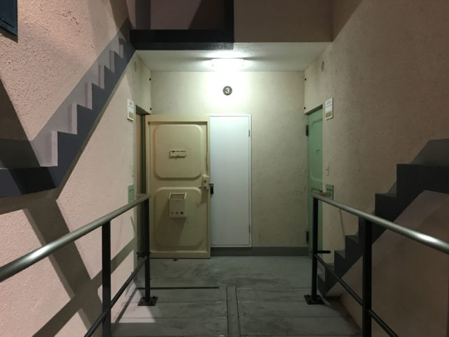ひばりが丘団地の階段と玄関